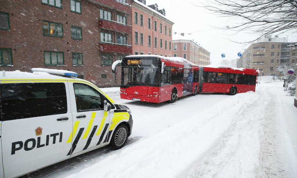Også enkelte busser fikk problemer i snøværet. Foto: Henning Lillegård / Dagbladet