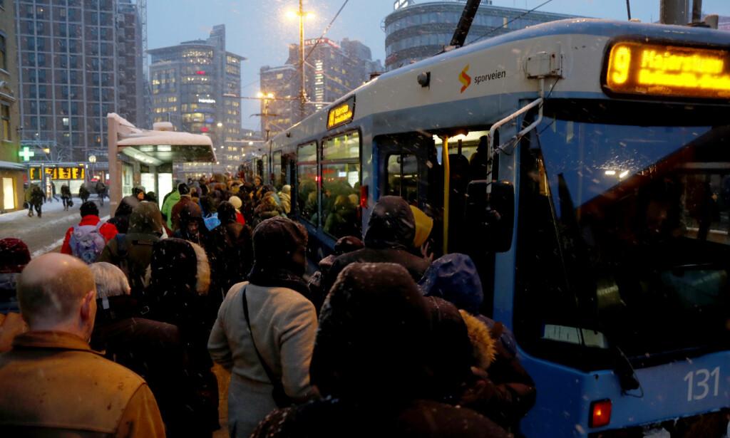 Det ble trengsel foran flere buss- og trikkestopp i Oslo sentrum tirsdag morgen. Foto: Heiko Junge / NTB scanpix