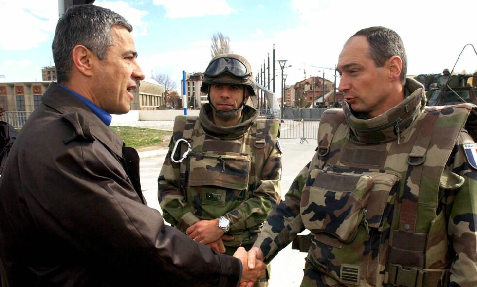 DREPT: Kosovo-serberen Oliver Ivanovic tok til orde for samarbeid med albanerne. Han fortalte NTB i 2008 at han var personlig populær, men at folk ikke turte å stemme på ham. Her er han avbildet sammen med franske tropper i Kosovska Mitrovica i 2004. Foto: Pier Paolo Cito / AP / NTB Scanpix