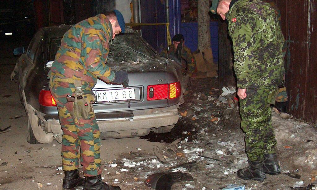EKSPLOSJON: Nato-soldater undersøker skadene på Oliver Ivanovic' bil etter et bombeangrep i Kosovska Mitrovica i 2005. Foto: Zvezdan Djukanovic / AP / NTB Scanpix