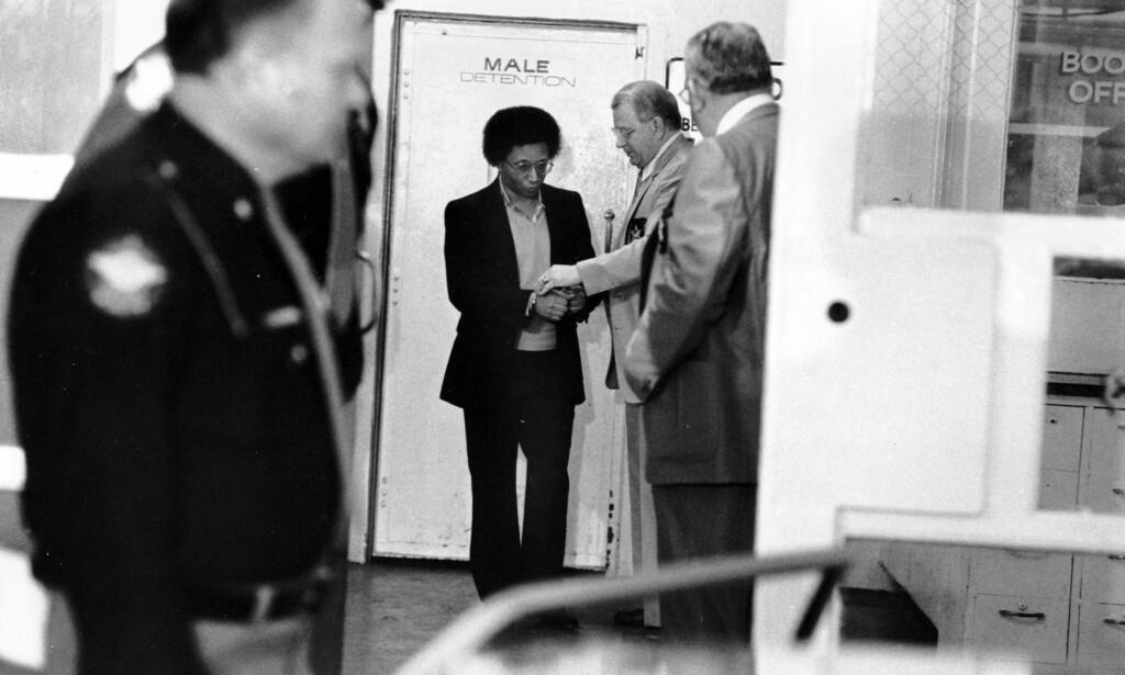 I HÅNDJERN: Wayne Williams på vei fra fengsel til retten i 1982. Rettssaken, som pågikk i mange uker, endte med at Williams ble dømt til livstid for to drap. Foto: Gary Gardiner / AP Photo
