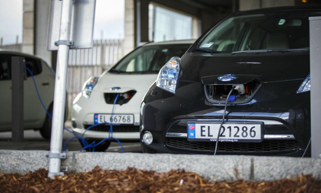 EKSTRAREGNING: Anleggsbidraget kan føre til at borettslag og sameier får kjemperegninger i fanget når de skal oppgradere det elektriske anlegget for lading av elbiler. Foto: Heiko Junge/NTB Scanpix