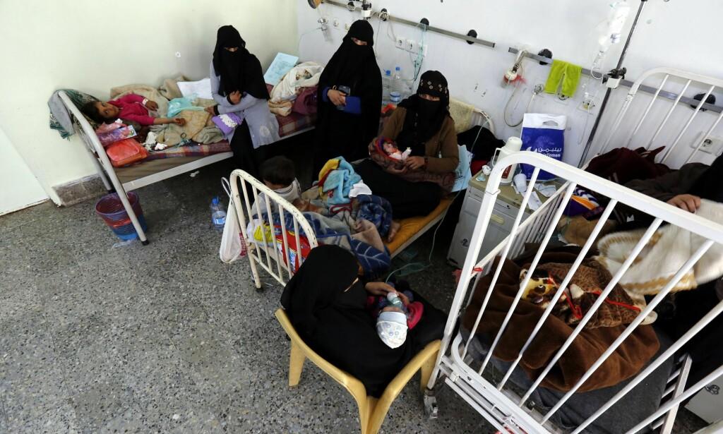 FÅR HJELP: Barna i Jemen er de virkelige ofrene. Siden 2015 har minst fem barn blitt skadd eller drept hver eneste dag. Nå er 400 000 barn akutt underernært og risikerer å dø. Her får en rekke underernærte barn hjelp på et sykehus i hovedstaden Sanaa. Foto: Yahya Arhab / Epa / Scanpix