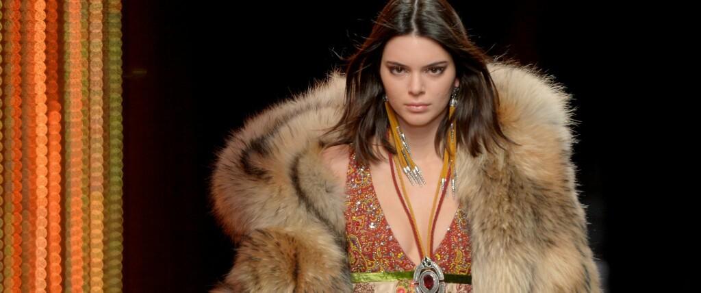 SLAKTES: Kendall Jenner får hets etter å ha posert med pelsjakke under Milan Fashion Week. FOTO: Scanpix