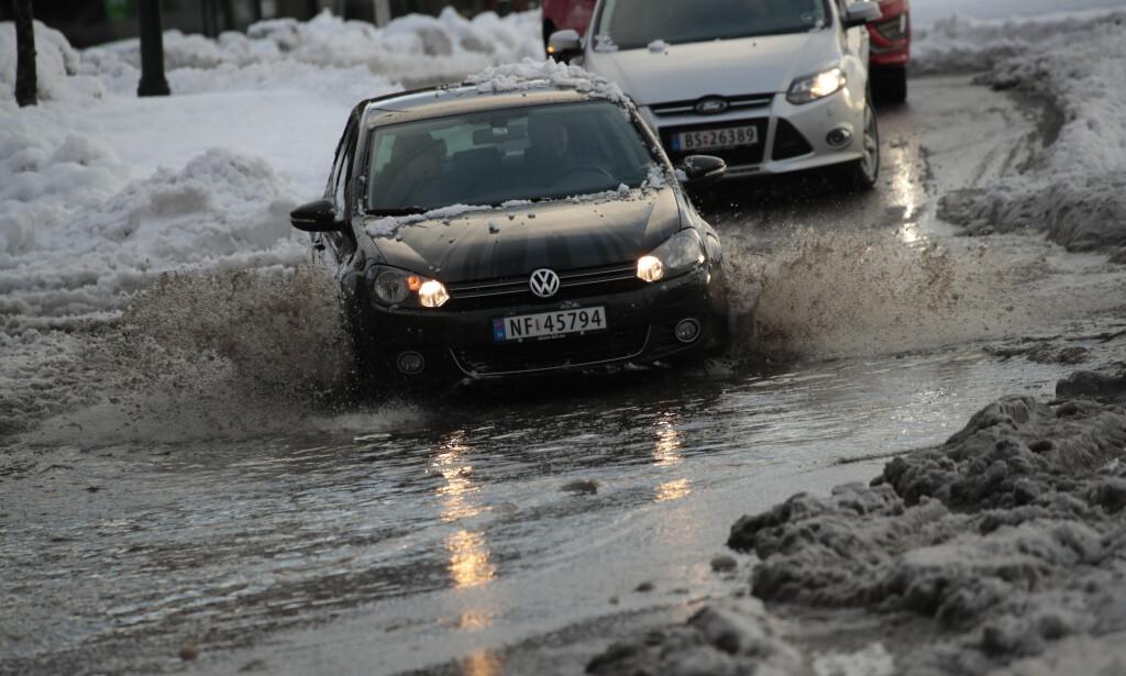 Snøen som falt tirsdag morgen førte etter hvert til store mengder smeltevann i Skien. Foto: Lise Åserud / NTB scanpix