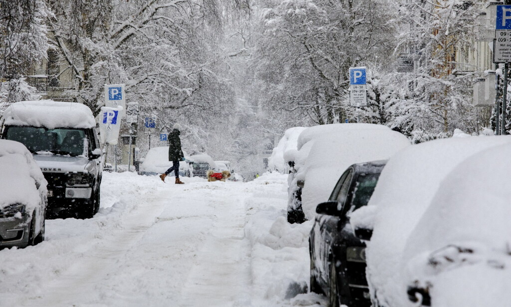 SNØKAOS: Gatene og bilene i Oslo er dekket av snø. Foto: Nina Hansen / Dagbladet