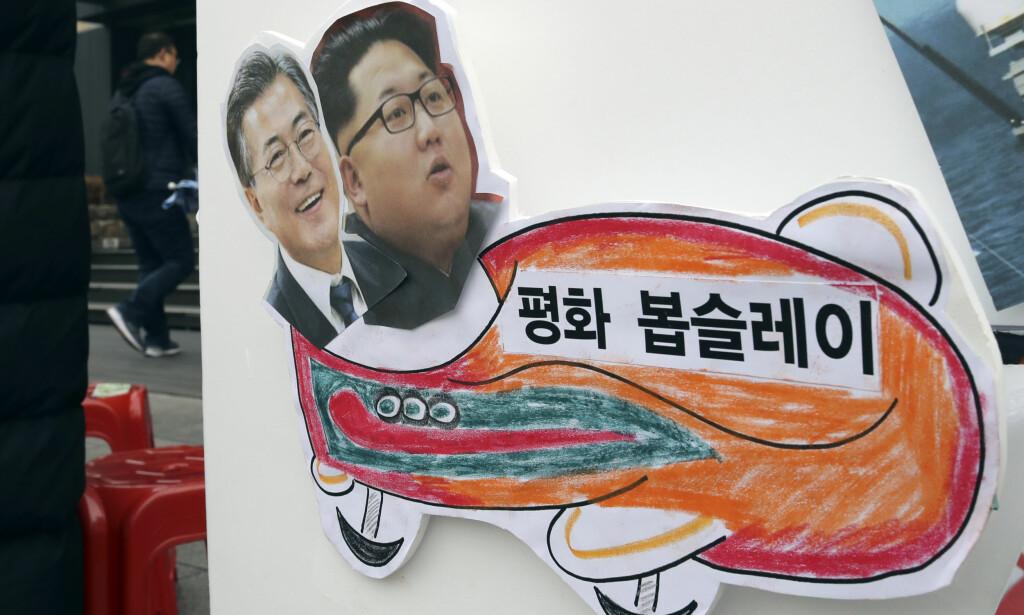 SAMMEN I OL: Sør-Koreas president Moon Jae-in sammen med sin nord-koreanske kollega Kim Jong-un fra en demonstrasjon i den sør-koreanske hovedstaden Seoul. Foto: AP / NTB Scanpix