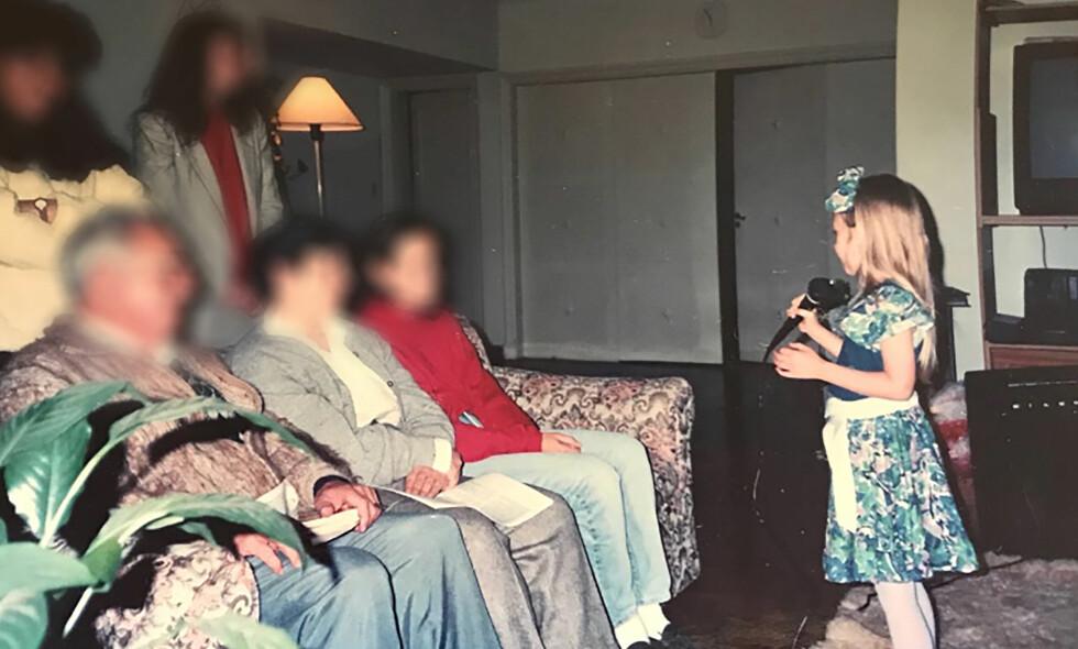 «ONKLER» OG «TANTER»: Moren var stadig opptatt med oppgaver i det incestuøse kollektivet, der dattera vokste opp omgitt av «onkler» og «tanter». Foto: Barcroft Media