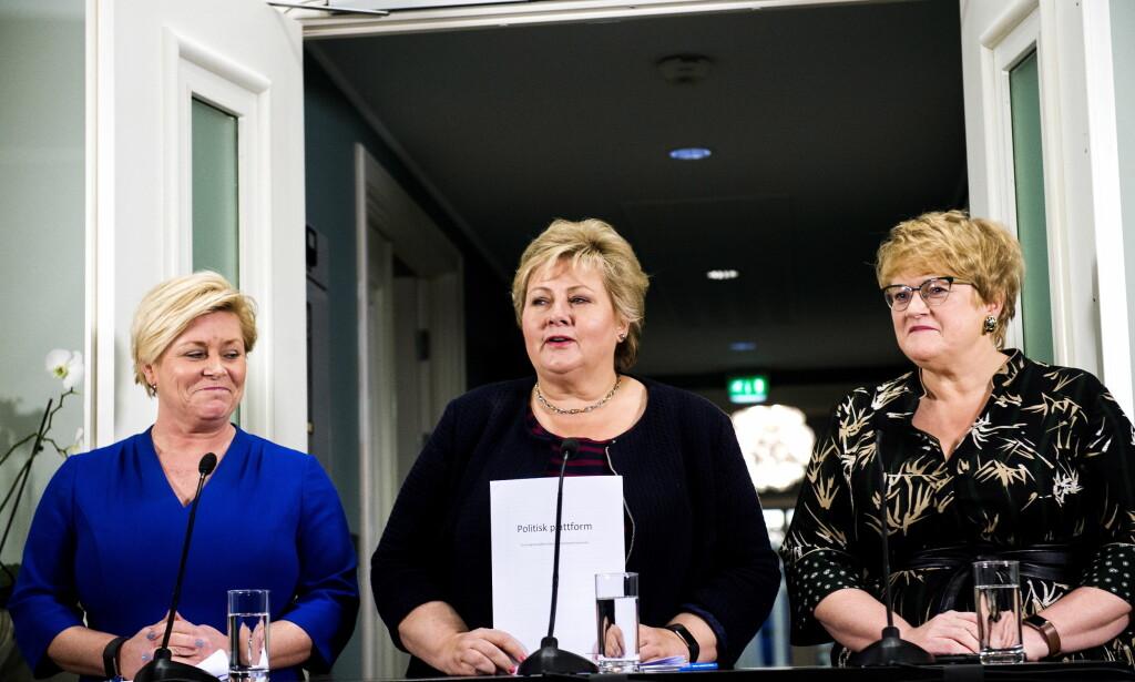 DANNER REGJERING: Siv Jensen (Frp), Erna Solberg (Høyre) og Trine Skei Grande (Venstre) viser fram den deres politiske plattformen de har forhandlet seg fram til på Hotel Jeløy radio. Foto: John T.Pedersen