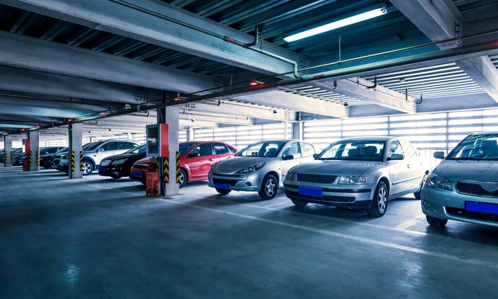 FELLESLADING: Smarte løsninger som fordeler ladingen over tid og på antallet biler kan hindre at man blir nødt til å betale ekstra. Foto: 06photo/Shutterstock/NTB scanpix