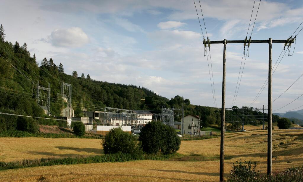 OPPGRADERING: Om mange nok skal lade elbilene sine samtidig , kreves det ofte oppgraderinger av transformatorstasjoner som denne i Trondheim. Foto: Gorm Kallestad/SCANPIX