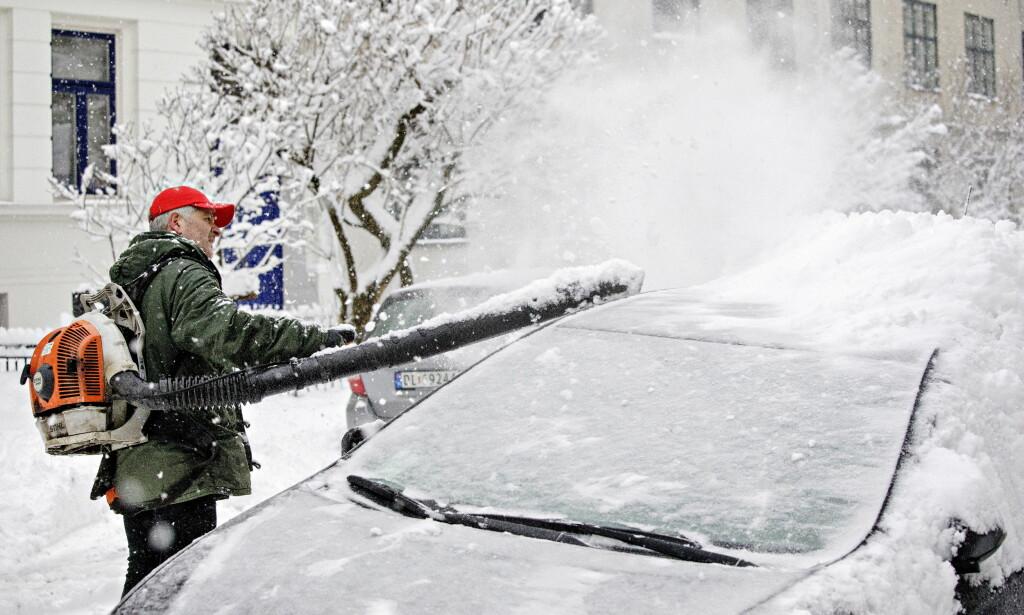 DANSK METODE: Vaktmester Kim Jessen hentet løvblåseren for å grave fram biler i Hammerstads gate i Oslo. FOTO: Nina Hansen / Dagbladet
