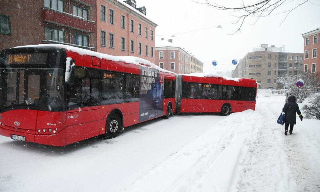 BLOKKERT: Bussjåførene hadde store utfordringer i snøkaoset i Oslo tirsdag. Her har 21-bussen havnet på tverke opp Sannergata. FOTO: Henning Lillegård / Dagbladet