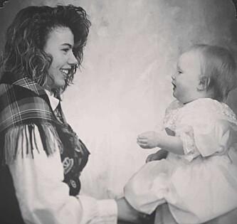 <strong>VELDIG UNG MAMMA:</strong> Vibeke valgte å ha datteren Lisabeth med seg på konfirmasjonsbildet. Foto: Privat