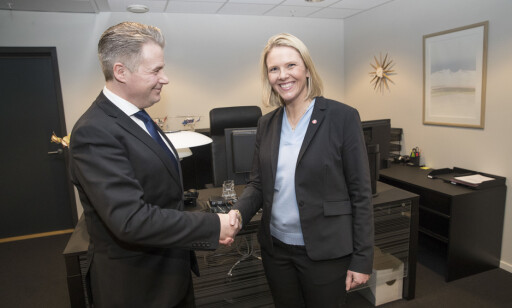 NYTT KONTOR: Sylvi Listhaug blir ny justis- og innvandringsminister på sitt nye kontor med avtroppende justisminister Per-Willy Amundsen onsdag ettermiddag. Foto: Terje Bendiksby / NTB scanpix