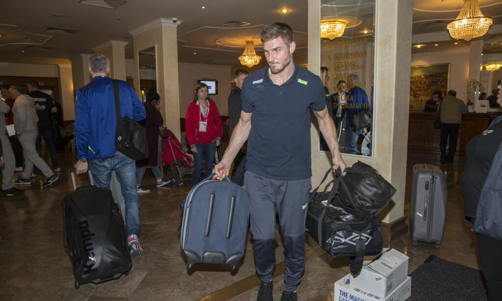 - TRIST SAK: Bjarte Myrhol ankommer Panorama Zagreb hotell onsdag. Han kaller det et krevende døgn etter at Nora Mørk anklaget landslaget for å spre private bilder. Foto: Vidar Ruud / NTB scanpix