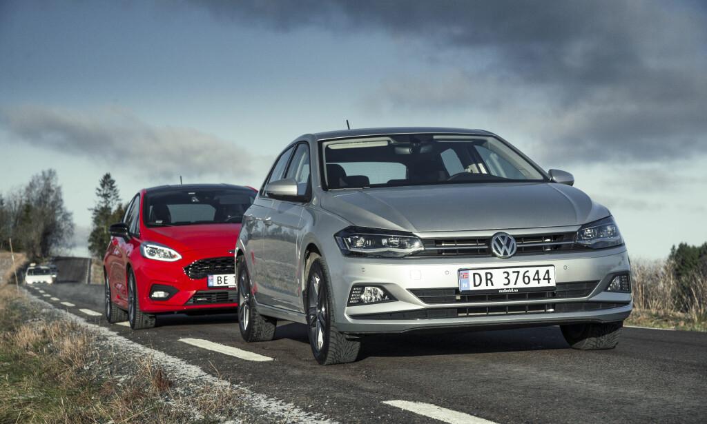 KOMPAKTE FAVORITTER: Ford Fiesta (bakerst) og Volkswagen Polo har alltid vært ettertraktede biler i kompaktklassen. Vi har testet dem mot hverandre og kåret vår favoritt - og forteller deg om det var hodet eller hjertet som tok valget for oss. Alle foto: Jamieson Pothecary
