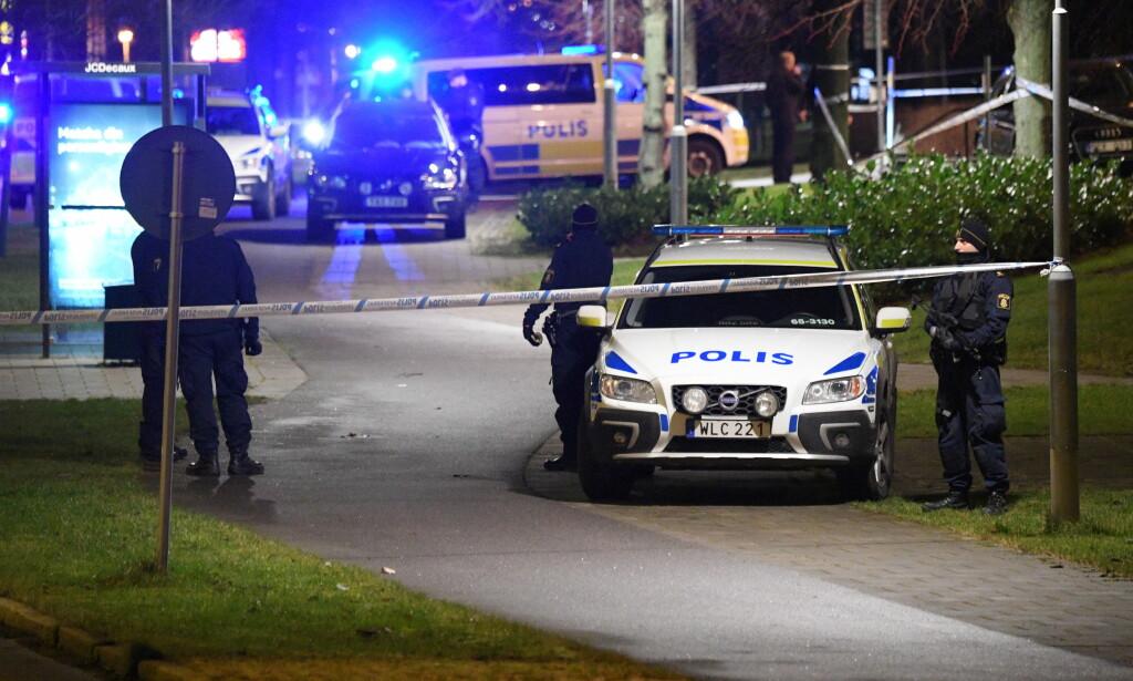 EKSPLOSJON: Innbyggere over hele Malmö ringte i kveld politiet da de hørte et voldsomt smell. Politihuset i Rosengård er nå avsperret. Ingen personer skal være skadd, men biler har fått skader, ifølge politiet. Foto: Johan Nilsson/TT / NTB scanpix