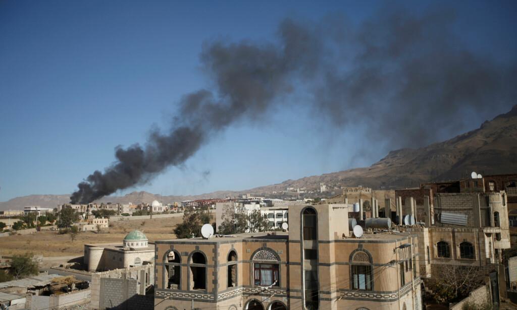 NYTT ANGREP. Røyken stiger opp over Jemens hovedstad, Sanaa, som har opplevd voldsom krig siden våren 2015. Mer enn 10 000 mennesker er drept, de fleste sivile. Norge selger militært utstyr til flere av landene som deltar i krigen. Foto: Mohamed al-Sayaghi / Reuters / Scanpix
