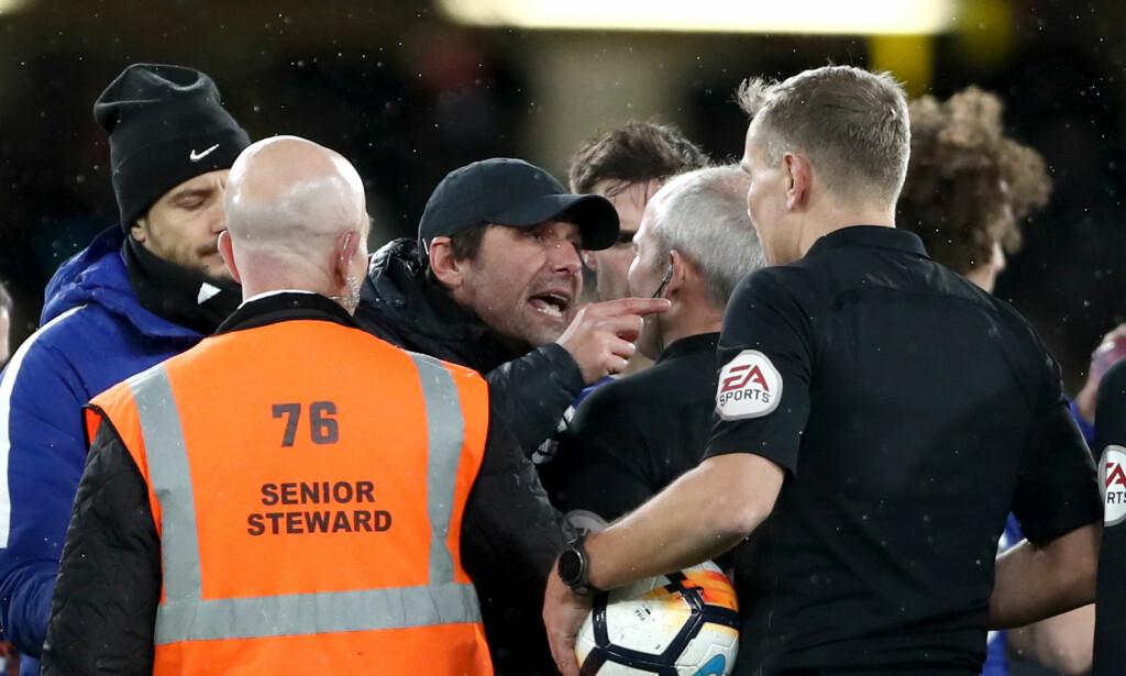 KLAGET TIL DOMMEREN: Chelsea-trener Antonio Conte var ikke fornøyd med alle dommeravgjørelsene. Chelsea fikk to røde kort. Foto: NTB Scanpix