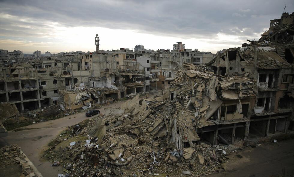 RUINER: Ødeleggelser i den syriske byen Homs i Syria. Foto: Hassan Ammar / AP / NTB scanpix.