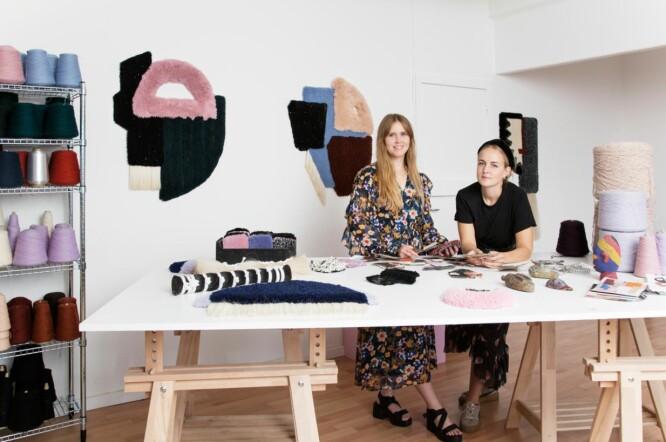 RÔD STUDIO: Bak designerduoen Röd Studio står Anne Louise Rasmussen (27) og Maja Marie Halling Rasmussen (29) som begge ble ferdigutdannet fra Kunstakademiets Designskole i 2016. FOTO: Mathilde Schmidt