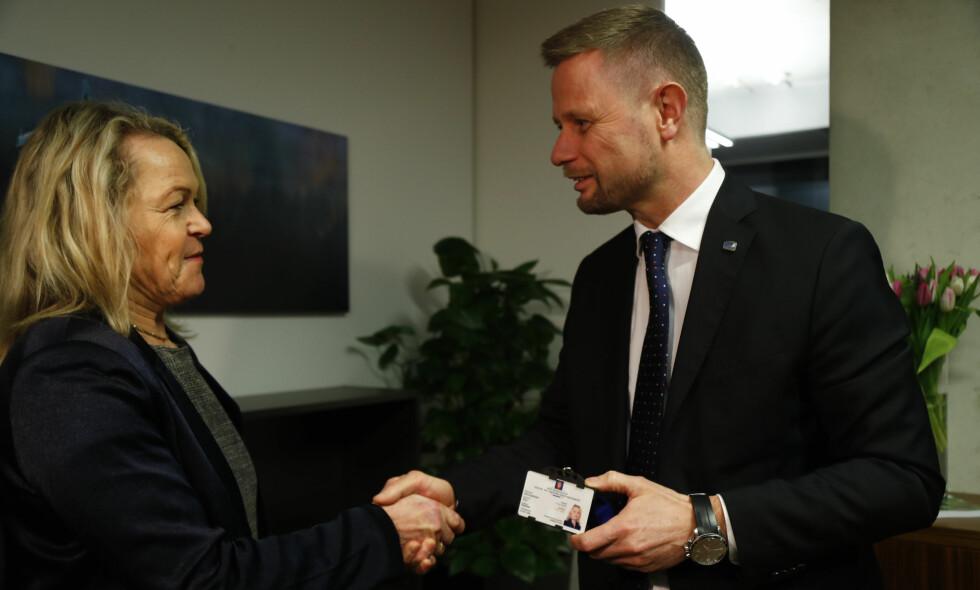 TØFF START: Eldreminister Åse Michaelsen (Frp) fikk nøkkelkortet til sitt nye kontor av helseminister Bent Høie (H) i går etter at hun kom direkte til Slottet fra sykehusinnleggelse på Ullevål. Nå starter den politiske hverdagen. Foto: Heiko Junge / NTB scanpix