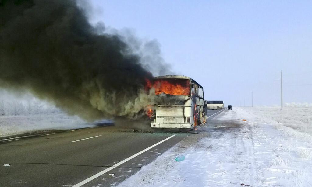 I FULL FYR: Bussen med passasjerene om bord i full fyr tidligere i dag. Foto: Kasakhstanske myndigheter / AP / NTB Scanpix