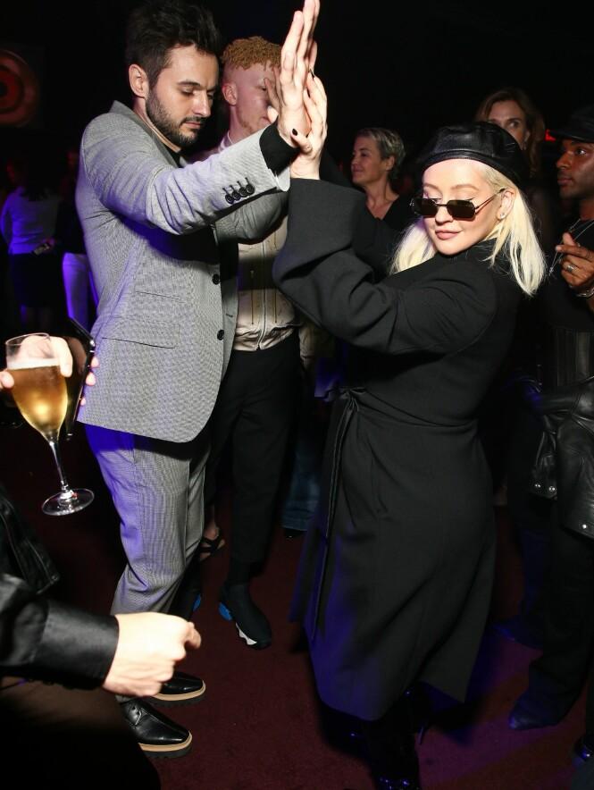 ROCKET DANSEGULVET: Popstjernen brukte store deler av kvelden på dansegulvet sammen med forloveden Matthew. Foto: NTB Scanpix