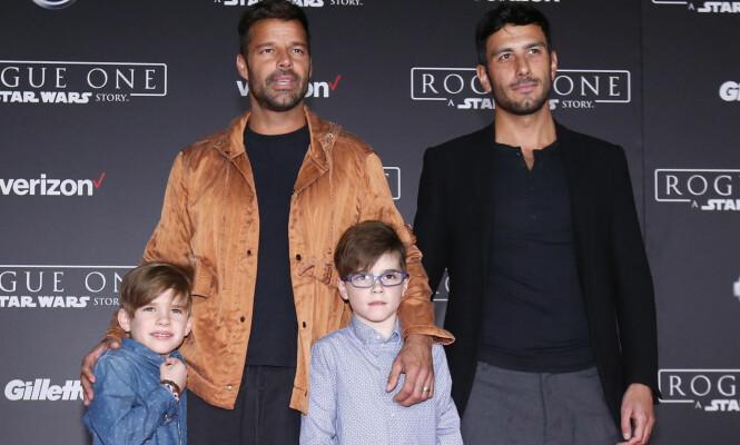 <strong>FAMILIE PÅ FIRE:</strong> Det var Ricky Martins sønner som omsider ga ham styrken til å stå frem som homofil. Her avbildet med sønnene Valentino og Matteo, samt ektemannen Jwan Yosef. Foto: REUTERS / Mario Anzuoni