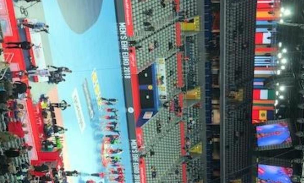 KNAPT TILSKUERE: Slik ser det ut på tribunen rett før avkast i håndballkampen mellom Norge og Serbia i EM. Foto: Fredrik Ø. Sandberg
