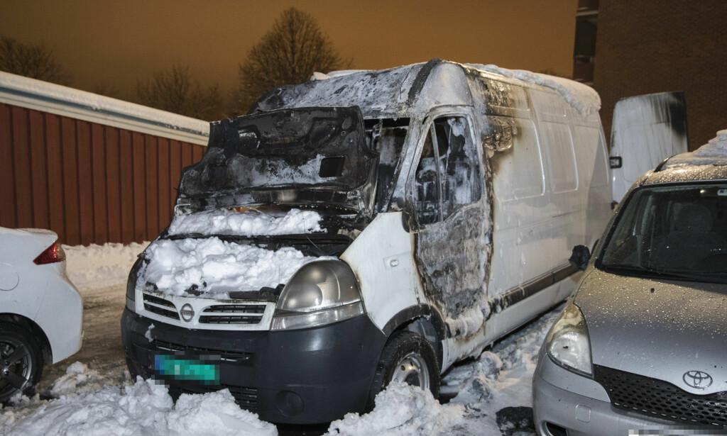TROLIG PÅTENT: En hvit varebil som politiet mener ble påtent. Flere biler i nærheten fikk skader som følge av brannen. Foto: Håkon Mosvold Larsen / NTB scanpix