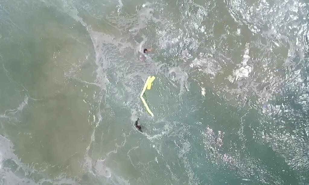 REDDET AV DRONE: En fjernstyrt drone slapp ned en livbøye til to tenåringer som var fanget i kraftige undervannsstrømmer og høye bølger utenfor kysten av Australia. Foto: Westpac Little Ripper/AP/Scanpix
