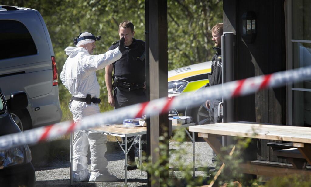 KRIMTEKNIKKERE: Politi og krimteknikere jobber på åstedet etter et drap i sommer. Foto: Frank Karlsen
