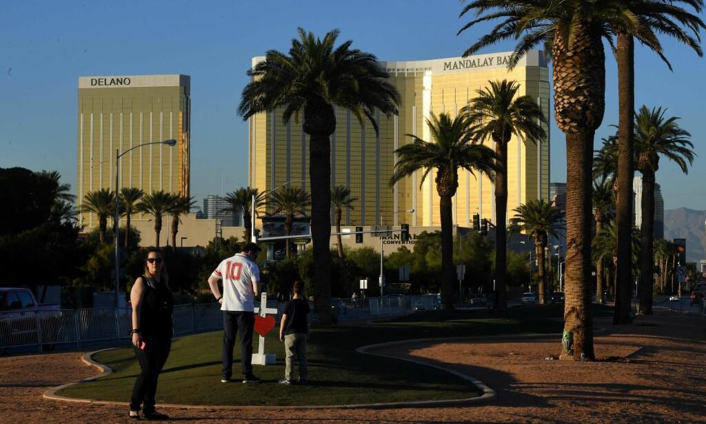 DREPTE 58: Massakren i Las Vegas skjedde da Stephen Paddock avfyrte over 1100 skudd fra Mandalay-hotellet i bakgrunnen. Ved et hjelp av et «Ikke forstyrr»-skilt på døra fikk han uforstyrret forberede udåden. Nå fjerner flere hotellkjeder i USA disse skiltene. Foto: NTB Scanpix