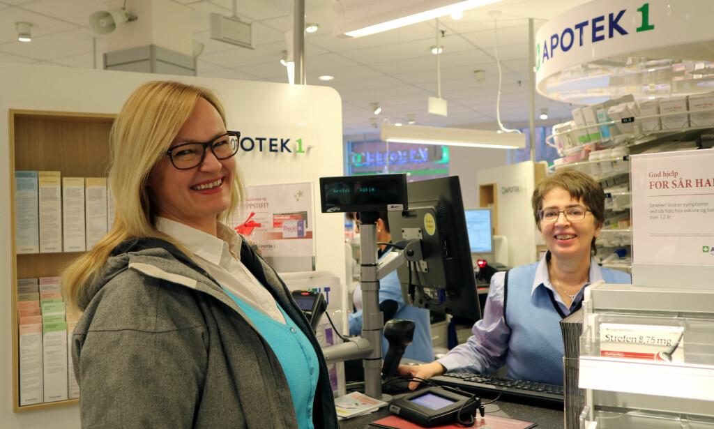 ALLTID KLART: Med gratistjenesten fra Apotek 1 får Linda alltid medisinene sine når hun trenger dem. Her ekspederes hun av Elin Olaussen på Apotek 1 i Askim.