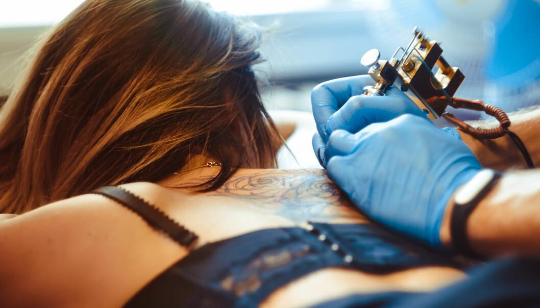 TATOVERING: Et nytt EU-regelverk skal gjøre det like trygt å tatovere seg i andre europeiske land, som i Norge. Foto: NTB Scanpix