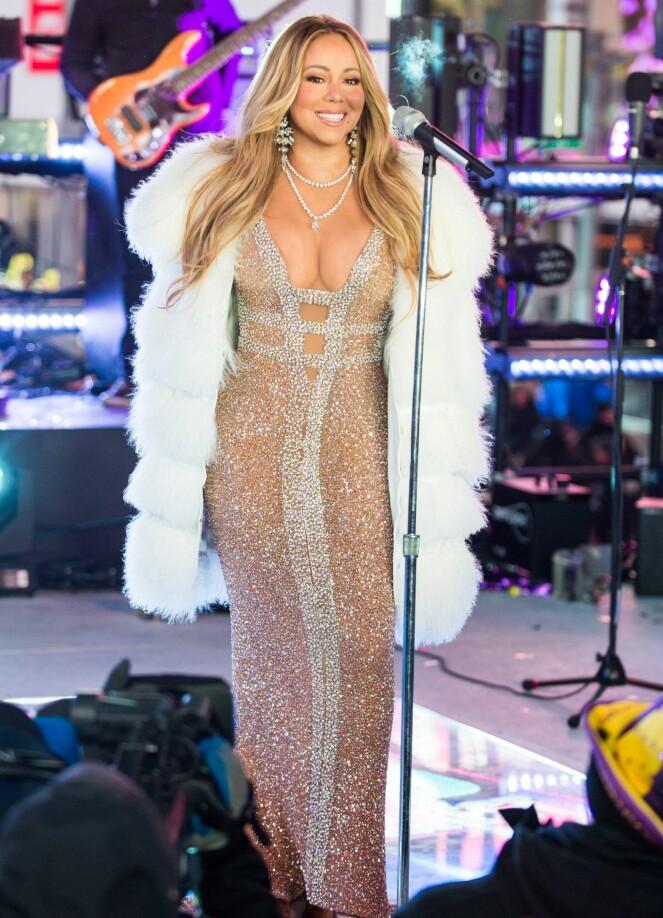 GLITRET: Mariah Carey viste seg fram i en glitrende kjole da hun sang på Times Square i New York på nyttårsaften. Foto: NTB scanpix