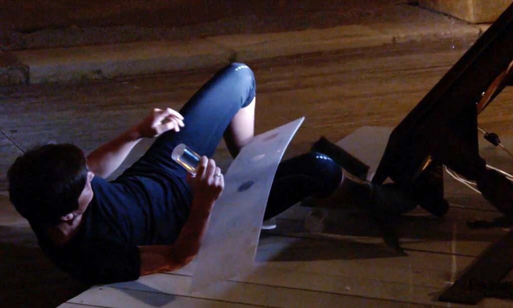 INTENS KAMP: Lena Boysen Hillestad og Isabel Blancos tøffe duell, endte blant annet med at bordet med lysrørene knakk. Foto: NRK