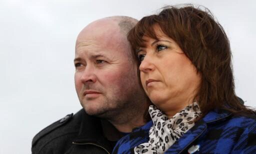 MINNESTUND: Denise Fergus og hennes mann Stuart fotografert i forbindelse med en 20-års markering for sønnens død. Foto: Scanpix