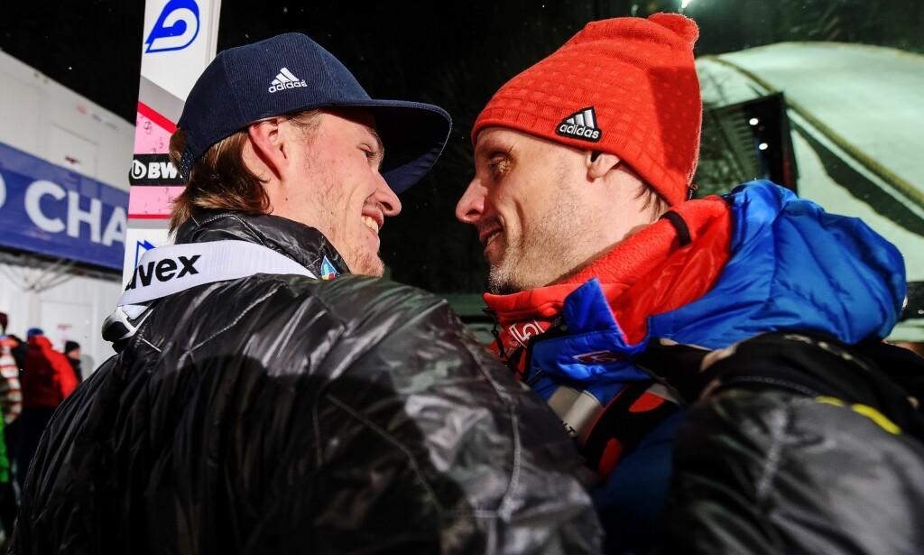 FORNØYDE GUTTER: Trener Alexander Stöckl gratulerer Daniel-André Tande med seieren. Foto: Vegard Wivestad Grøtt / Bildbyrån