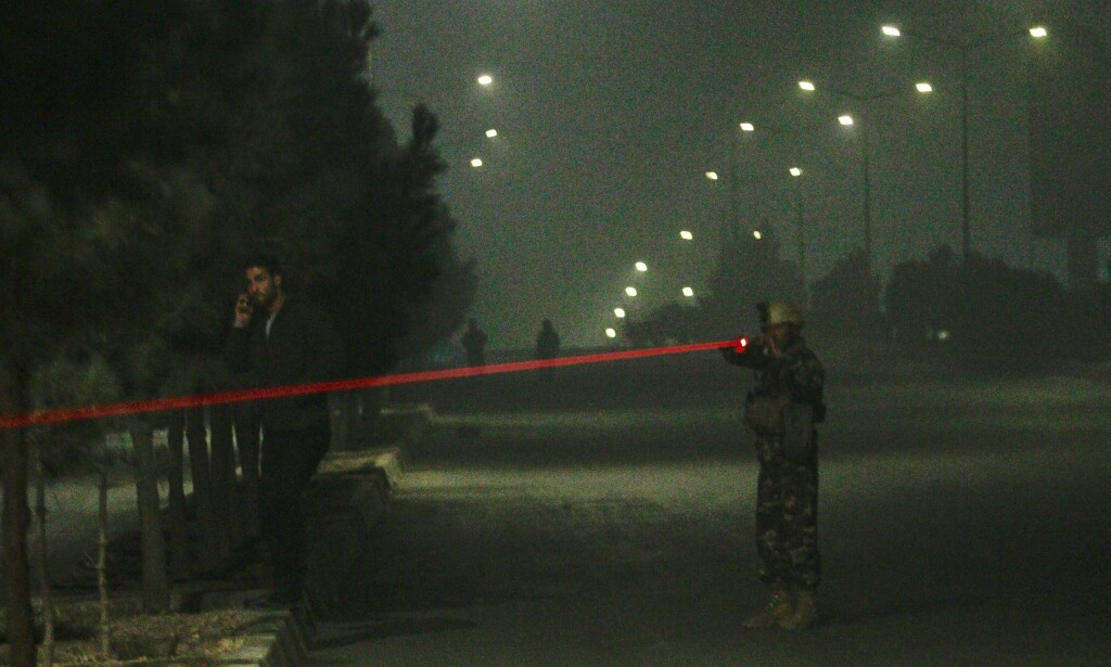 STÅR VAKT: Tre gjerningsmenn angrep luksushotellet Intercontinental i Afghanistans hovedstad Kabul i går kveld. Foto: Scanpix