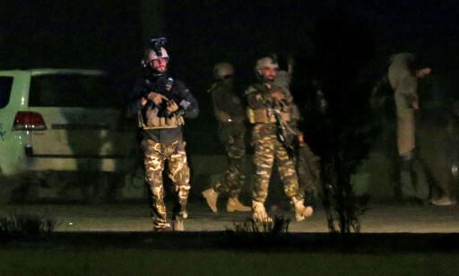 HOLDER VAKT: Afghanske sikkerhetsstyrker sto like ved luksushotellet i går kveld. Foto: Mohammad Ismail / Reuters / Scanpix