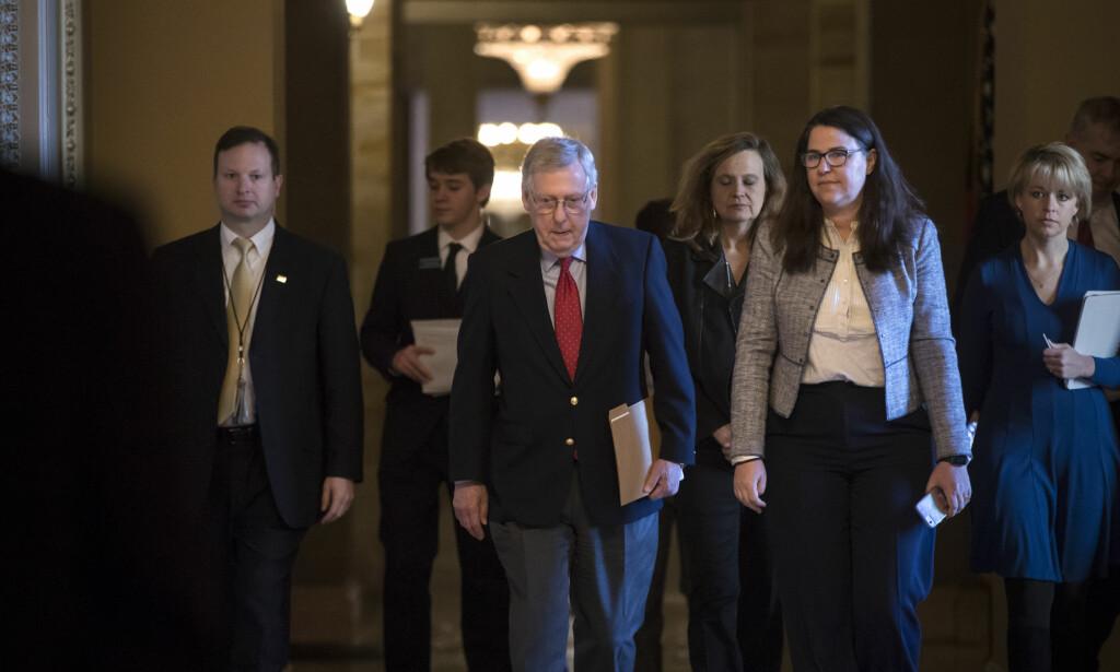 VIL FORHANDLE: Republikanernes leder i Senatet, Mitch McConnell, vil forhandle med Demokratene for å få slutt på budsjettkrisen. Foto: J. Scott Applewhite / AP / NTB Scanpix