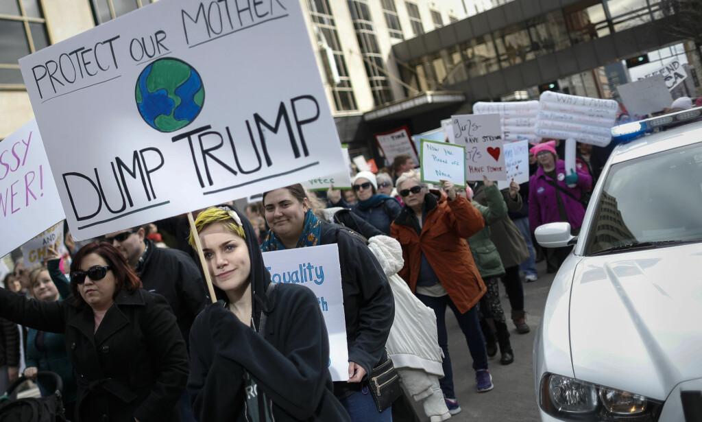 MOT TRUMP: Mange av slagordene under lørdagens Women's March i USA var rettet mot president Donald Trump. Her fra Cincinnati. Foto: AP / NTB scanpix