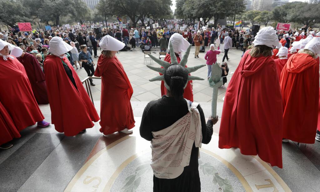 UTKLEDNING: I Hope i Texas hadde noen demonstranter kledd seg ut som rollefigurene i TV-serien «The Handmaid's Tale». Foto: AP / NTB scanpix