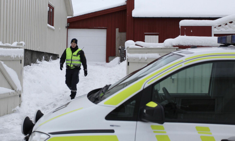 PÅ STEDET: Politiet er på plass etter at en mann ble funnet livløs i Larvik søndag formiddag. Foto: Fredrik Rimork Wiig