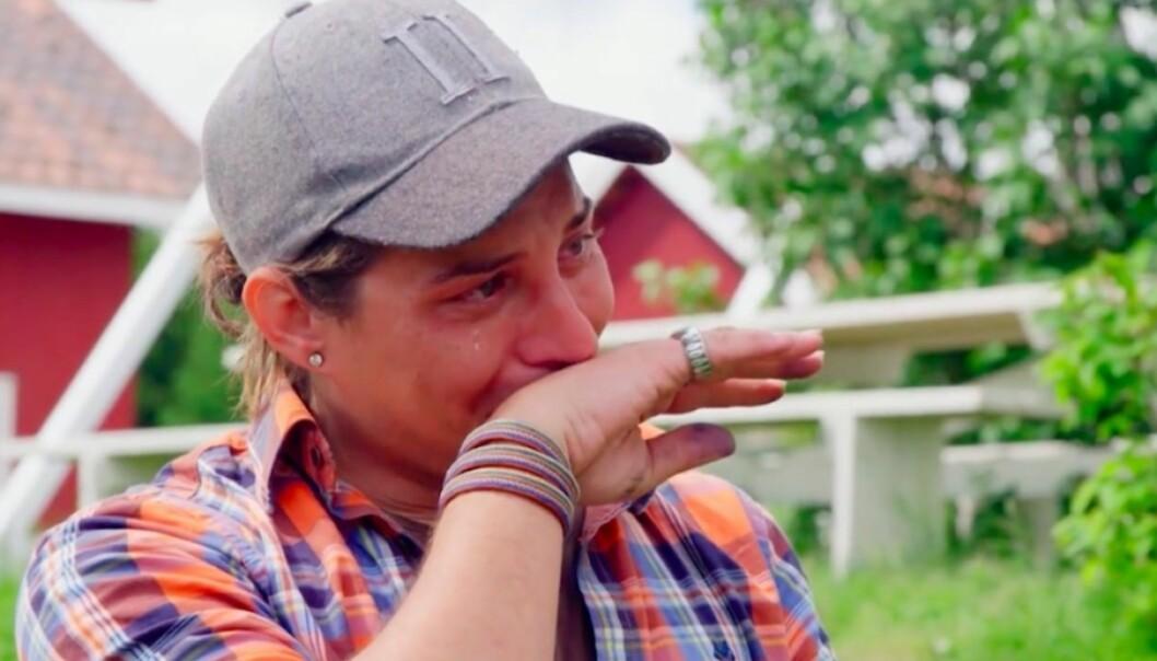 <strong>TÅREVÅT AVSKJED:</strong> Tv-profil Erlend Elias Bragstad (35) valgte brått å avslutte til «Farmen»-opphold i kveldens episode. Nå forteller han hvorfor. Foto: TV 2
