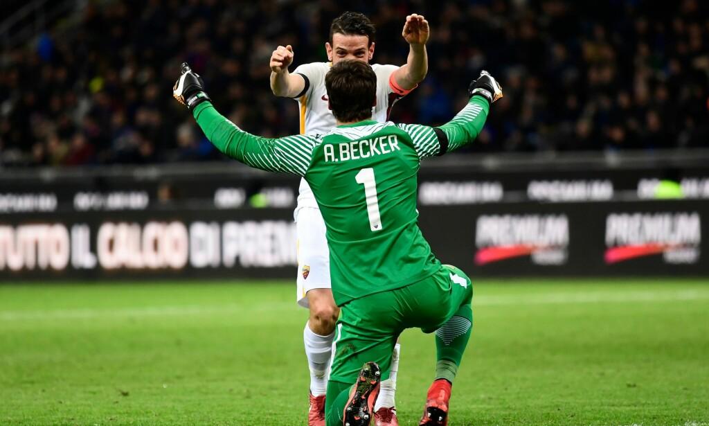 MÅLGIVENDE: Romas keeper Alisson Becker jubler sammen med kaptein Alessandro Florenzi etter førstnevntes målgivende i kampen mot Inter. Foto: AFP PHOTO / Miguel Medina / NTB scanpix