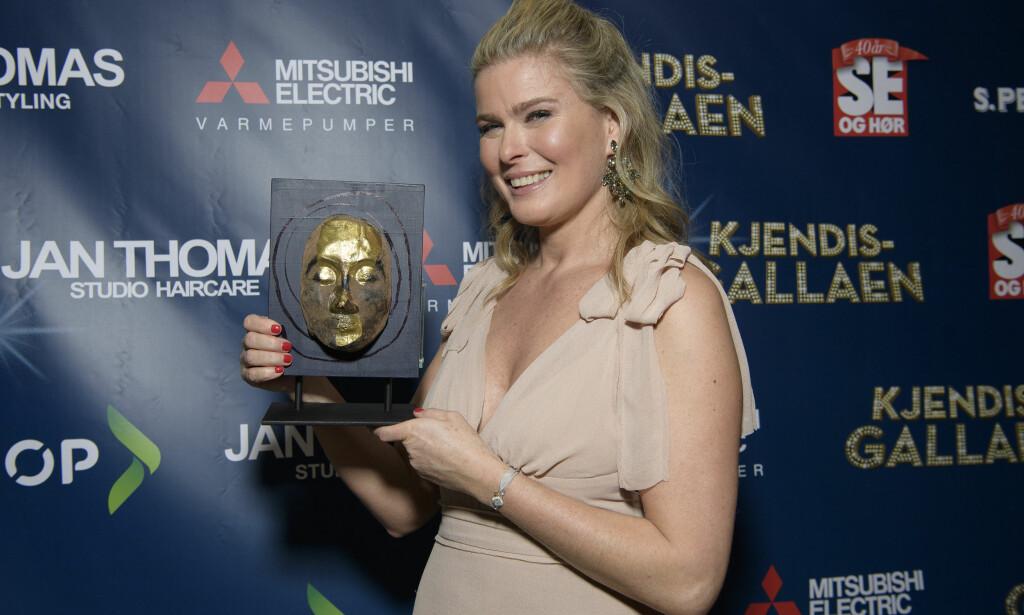 GJEV PRIS: Vendela Kirsebom stålte da hun søndag kveld mottok prisen for «Årets best kledde kvinne» på Se og Hørs Kjendisgalla. Foto: Andreas Fadum / Se og Hør